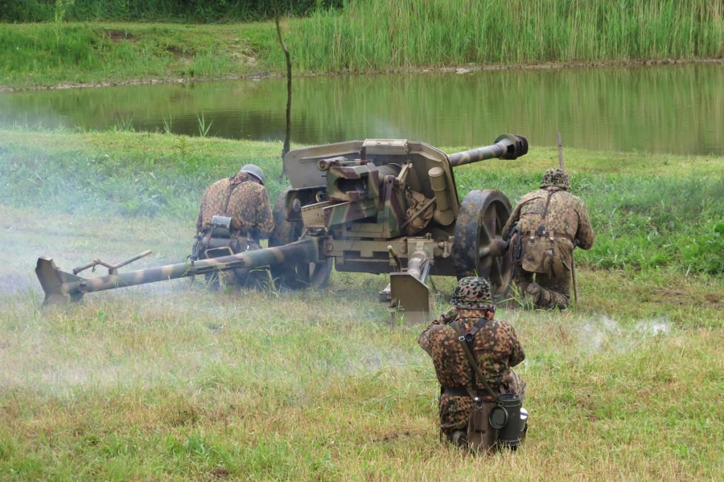 Ukázka střelby z kanónu 7,5 cm Pak 40
