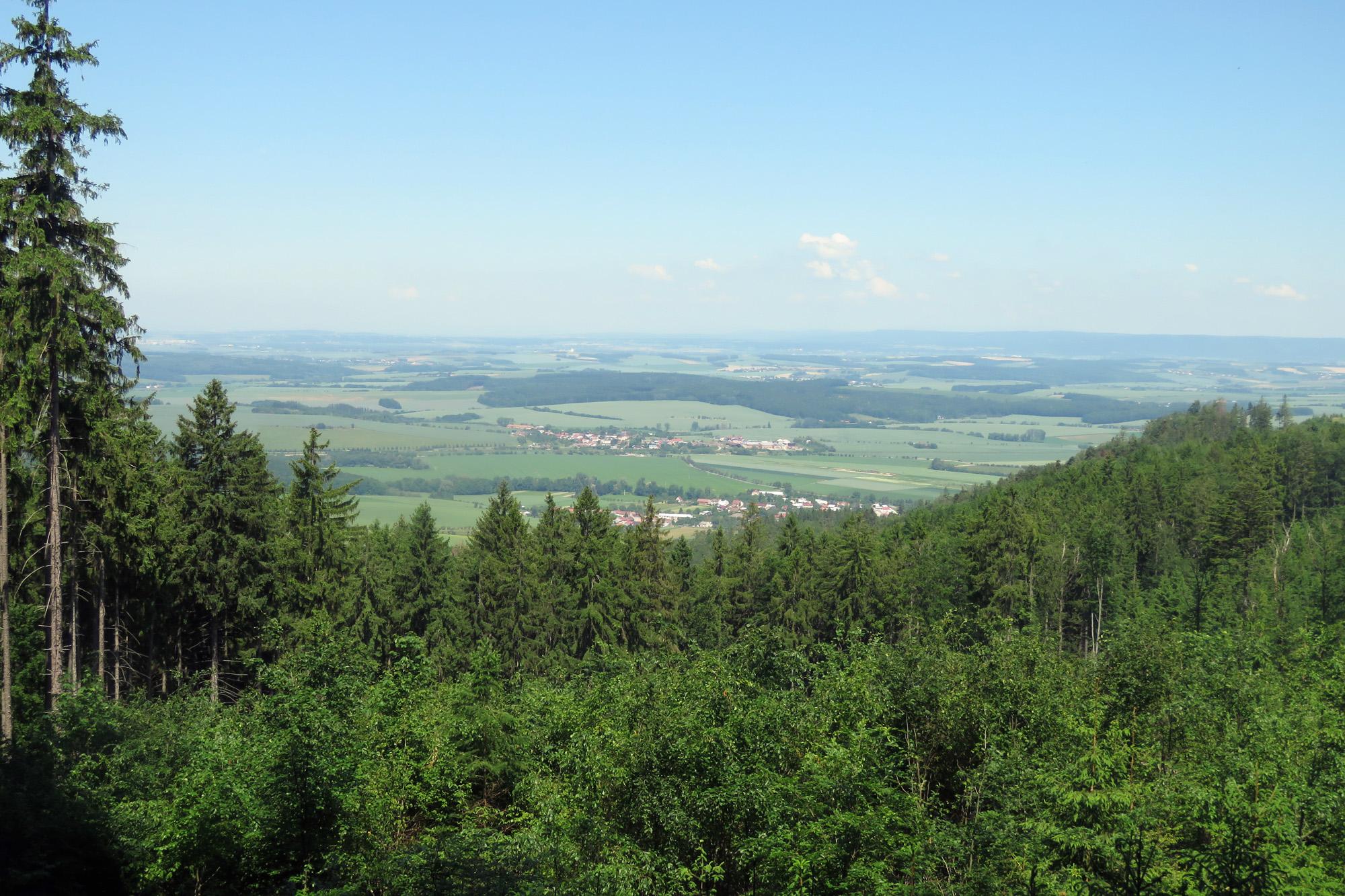 Výhled z úbočí Poschlé do rovin Hané